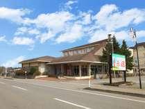 【 赤い風車外観 】鶯宿温泉の入口に佇む、全32室の温泉宿です。