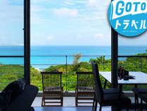テーマスイート201のリビングから、青い海一望の贅沢な空間、雄大な日出が部屋から直観