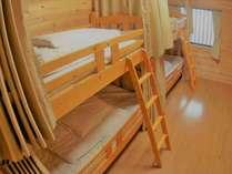 本館1階・男性用ドミトリー(4ベッド)カーテン・パーソナルライト付