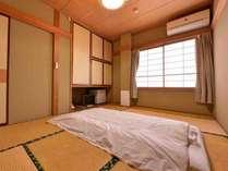 *訳あり2F和室6畳(客室一例)/眺望は駐車場側。他の客室に比べ古く、かなり手狭となる為その分割安に。