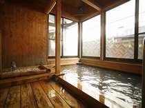 大浴場は木の温もり溢れる造り。ゆっくり疲れを癒して