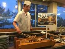 ディナービュッフェでは料理パフォーマンスも実施中。画像は大山鶏の網焼き。揚げたて天婦羅もあります