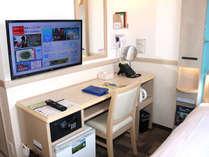 デスク回りにドライヤーやTV・金庫・冷蔵庫などを備えています。