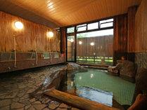 【華座の湯】ヒノキに囲まれた檜岩風呂