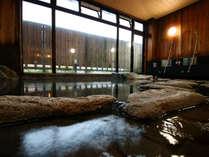 【万座の湯】温度の異なる2つの源泉を混ぜて温度調節した源泉かけ流しの温泉です。