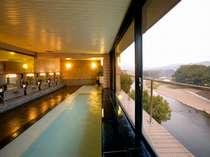 矢部川や大楠林を望む、見晴らしのよい展望浴室です。清潔で快適な温泉をお楽しみください。