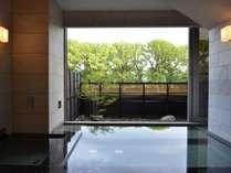 デザイナーにより造り込まれた建築美と大楠の自然美が見事にマッチした貸切露天風呂!