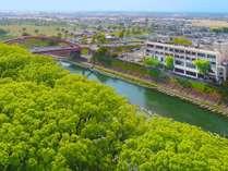大楠林や矢部川を望む素敵な景観が館内から楽しめます。県南公園やホークスの2軍球場もすぐ!