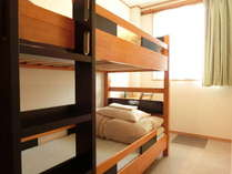 トリプルルーム。ツイン(2段ベッド)側。