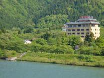 *【外観】目の前には阿賀野川、背後には奥深い山に囲まれた自然豊かな場所。
