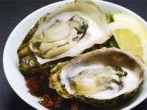岩牡蠣の一番美味しい食べ方といえば、やはりコレ。殻を開けてすぐ新鮮な岩牡蠣にギュっとレモンを絞って。