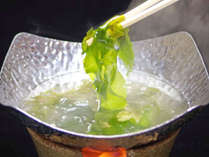 *【海藻しゃぶしゃぶ】出汁にくぐらせたとたん、パッと鮮明な緑に!ビックリ!