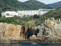海から見るホテル全景