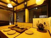 本館と新館の間にも、囲炉裏を配した休憩スペースがあります。