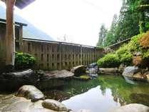 女性用庭園露天風呂。四季の移ろいを感じ、手足を伸ばしてゆったりと温泉をお楽しみください。