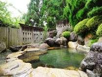 男性用庭園露天風呂。四季の移ろいを感じ、手足を伸ばしてゆったりと温泉をお楽しみください。