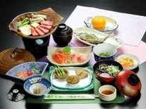 夕食基本コースの一例。飛騨牛朴葉焼き、川魚の塩焼きなど、奥飛騨ならではの山の幸をご賞味ください。