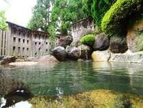 豊かな自然に囲まれた露天風呂。四季折々の美しさをお楽しみください。