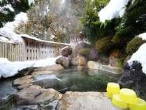 男性用庭園露天風呂。雪を戴く奥飛騨の山々、凛とした冬の空気に包まれて贅沢な湯浴み。