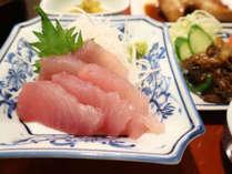 *【夕食一例】勝浦産の生マグロを厚めに切った刺身