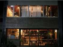 夜は地元の方も立ち寄るカフェスペースです。