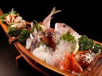 朝獲れの地魚を大胆にかつ繊細に盛った船盛に歓声をあげる客人もいる