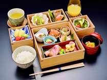 【ご朝食】ルームインダイニング。和食メニューを中心としたオリジナル三段重をお部屋にお届け致します。
