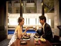 ムード満点の空間で伝統琉球のおもてなし。永遠に心に刻まれる特別な時間をお過ごしください。
