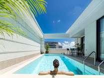 【ヴィラスイート】温水のプライベートプール。サイズ28~40平米、深さ1.15m