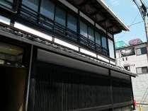 外観。明治時代の建物を全面改装いたしました。