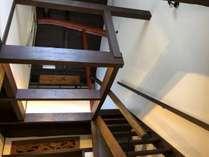 入口上部は吹き抜けになっており、天井が高くて開放感のある気持ち良い空間