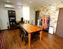 自由に使えるキッチン。無料ドリンクバーがあり、ゆったり座れるダイニングテーブル。