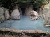 【温室大浴場】コバルトブルーのお湯の色の大浴場湯の花が下に溜まっています