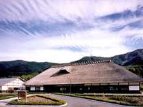 *外観 日本最大のかやぶき屋根を誇る当館。館内で楽しめる企画が盛りだくさんです!