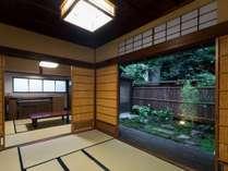 1階和室夏、キッチンに続くダイニングやリビングとしてお使いいただけます。中庭に続く縁側がございます。