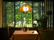 ■レストラン■お食事はこちらでご用意致します。季節によって変化する木々を眺めながらのお食事。