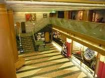 開放感がある2階まで吹き抜けのロビー。2階にもすらりと絵画を展示しております。