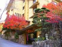 11月中旬頃の玄関前には紅葉の木が生い茂り、晴れた日には紅くキラキラと輝きとてもきれいです。