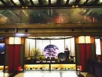 正面玄関を入るとロビーに展示してある大皿が目を引きます。