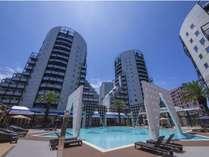 ホテル敷地中央にあるガーデンプールを囲むように5つのタワーで構成されています。