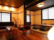 オーダーメイドのソファーとテーブルを設置した和洋室すずらん。ごゆっくりとお寛ぎ頂けます。
