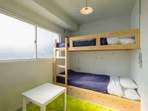 【洋室】2段ベッド型個室で、ゲストハウスが初めての方やカップル旅、ビジネス利用にも最適!