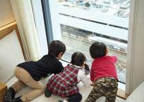 スーペリアツインより 名古屋駅 新幹線を眺めるお子様