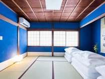 群青のじゅらく壁が塗られた寝室。伝統的な座敷の、華やかで格式高い雰囲気を踏襲しています。
