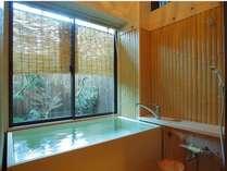 特別個室専用の職人手作りの「高野槇風呂」。坪庭を眺めながら木の香りを存分にお楽しみください
