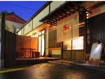 嵐山温泉旅館街に佇む結庵は小さな一軒家。玄関横のデッキで四季を感じながらの語らいをお楽しみ下さい