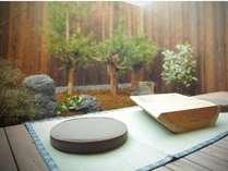 専用庭には京都原産の台杉を配し、秋には紅葉を独り占め。縁側に腰掛け、ゆるりとお過ごしください