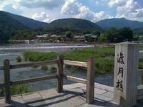 結庵は渡月橋から徒歩45秒。嵐山・嵯峨野を遊びつくすには最高の立地にあります!街中へも電車で20分