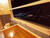 露天風呂付き特室:客室のお風呂から海原や夜景を眺められます。