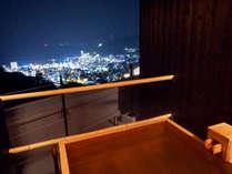絶景貸切露天風呂:気心知れた間柄だけで、温泉と熱海の夜景をご堪能いただけます。